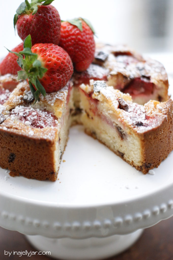chocolate chip cookie kuchen mit erdbeeren moment in a. Black Bedroom Furniture Sets. Home Design Ideas