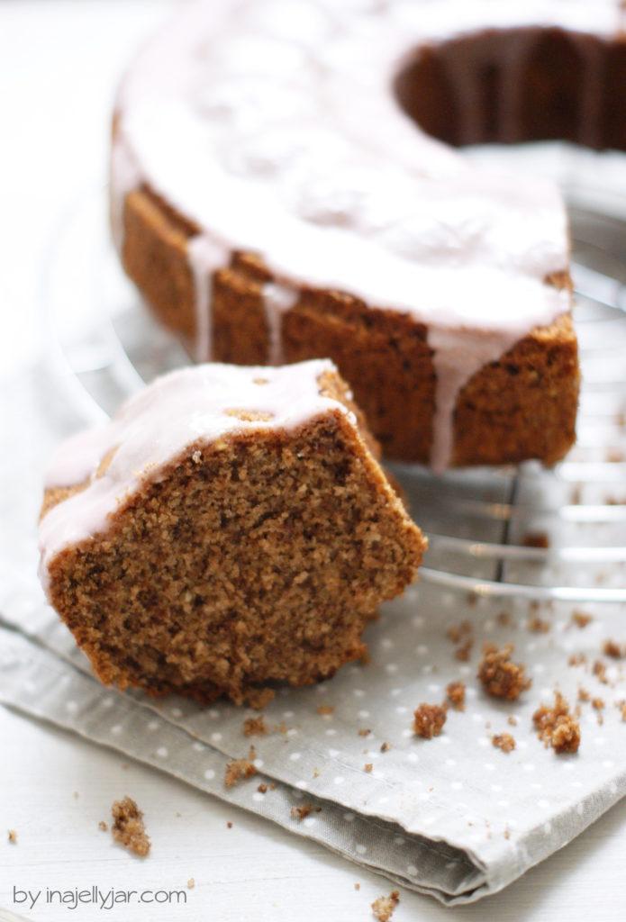 Rotweinkuchen mit Nüssen und Schokolade