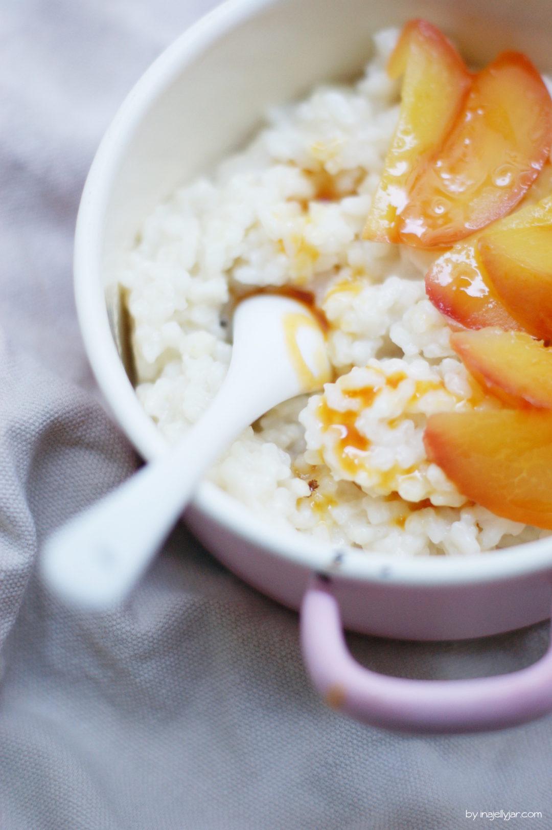 Rezept für Milchreis mit pochierten Honig-Pfirsichen