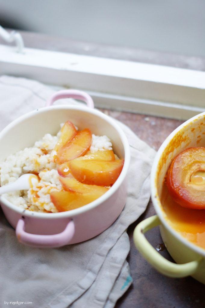 sommerlicher Milchreis mit pochierten Honig-Pfirsichen