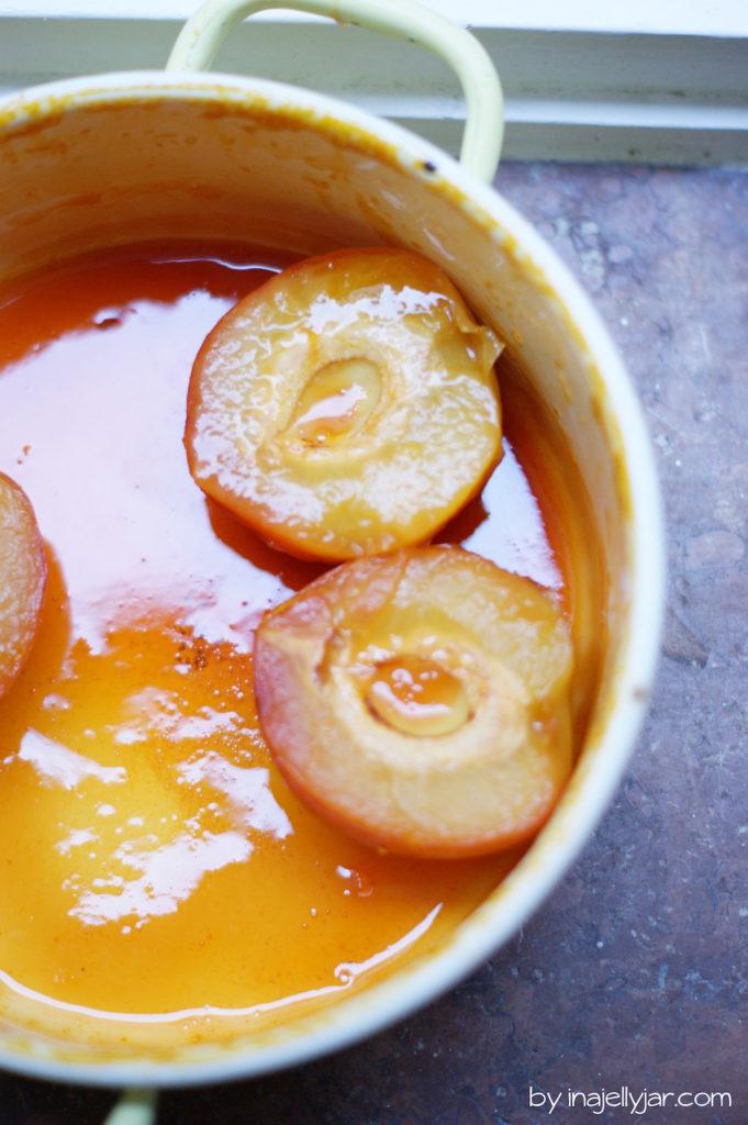 Milchreis mit pochierten Pfirsichen in Honig