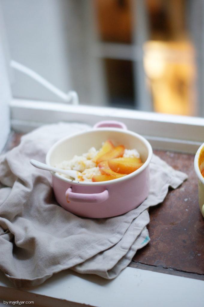 Schneller Milchreis mit pochierten Honig-Pfirsichen