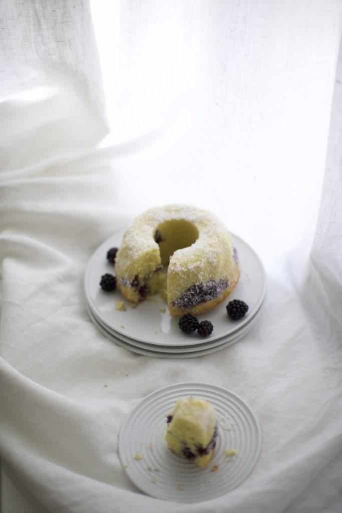 Saftiger Brombeer-Marmorkuchen mit frischen Beeren