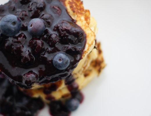 Glutenfreies Frühstück: Kokospancakes mit Blaubeersauce