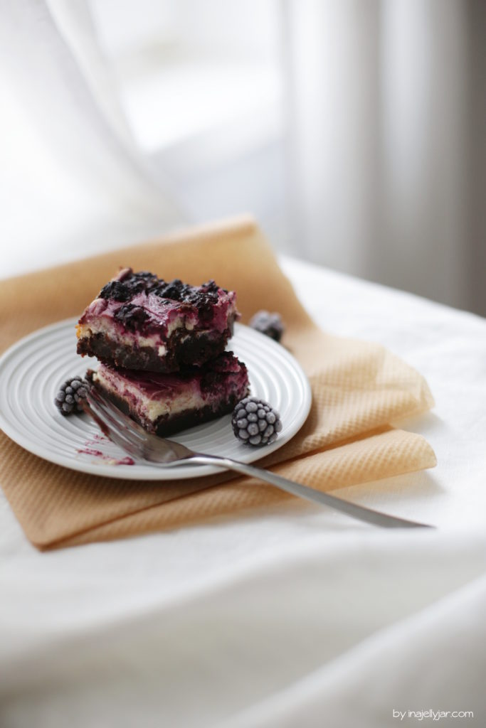 Super saftige Cheesecake-Brownies mit Brombeeren
