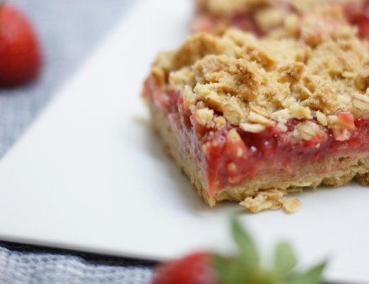 Cremig und knusprig zugleich: Erdbeer-Rhabarber-Schnitten