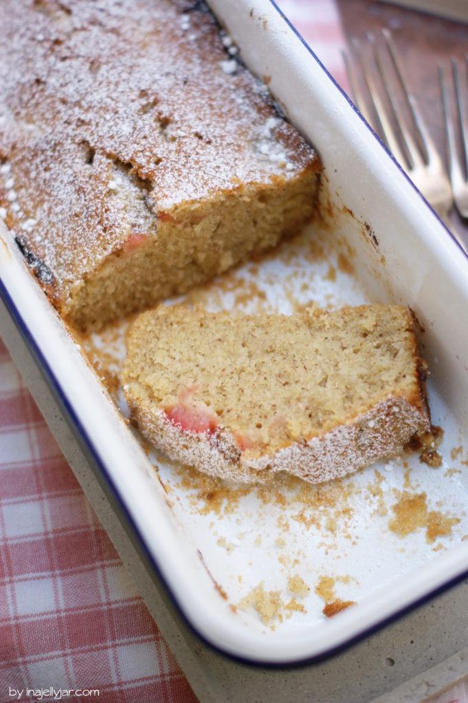 Rhabarberkuchen im Kasten mit Mandeln