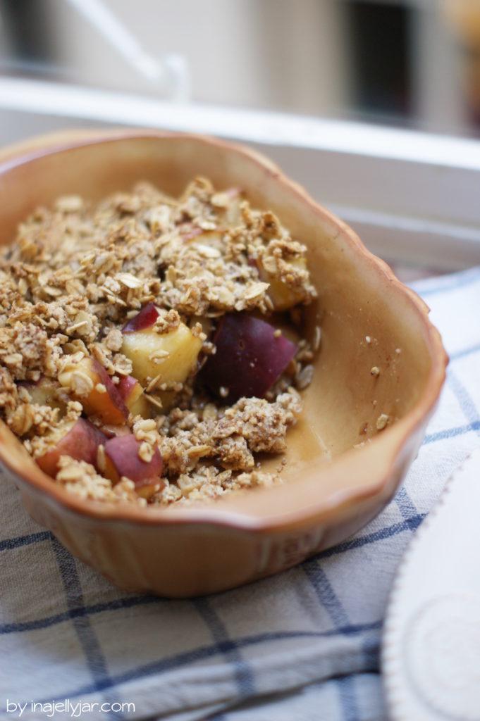 Pfirsich-Crumble ohne raffinierten Zucker, ohne Gluten und ohne Butter