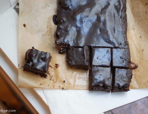 Rohvegane Brownies mit Schokoglasur