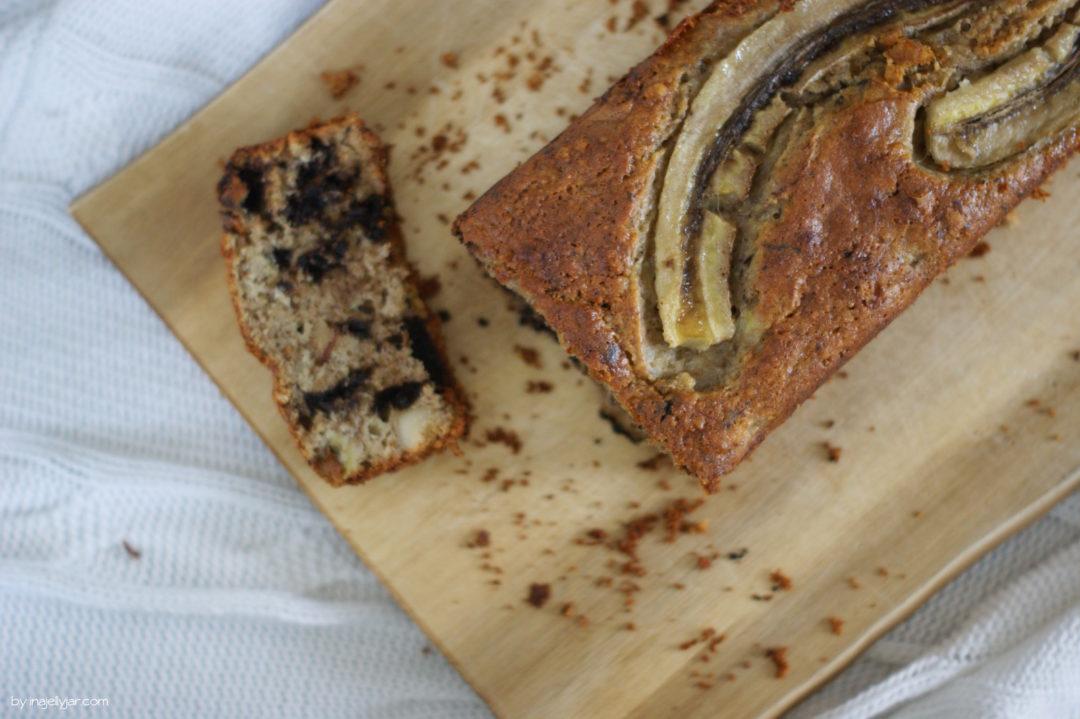 Bananenbrot, verfeinert mit Tahini, Paranüssen und Schokolade