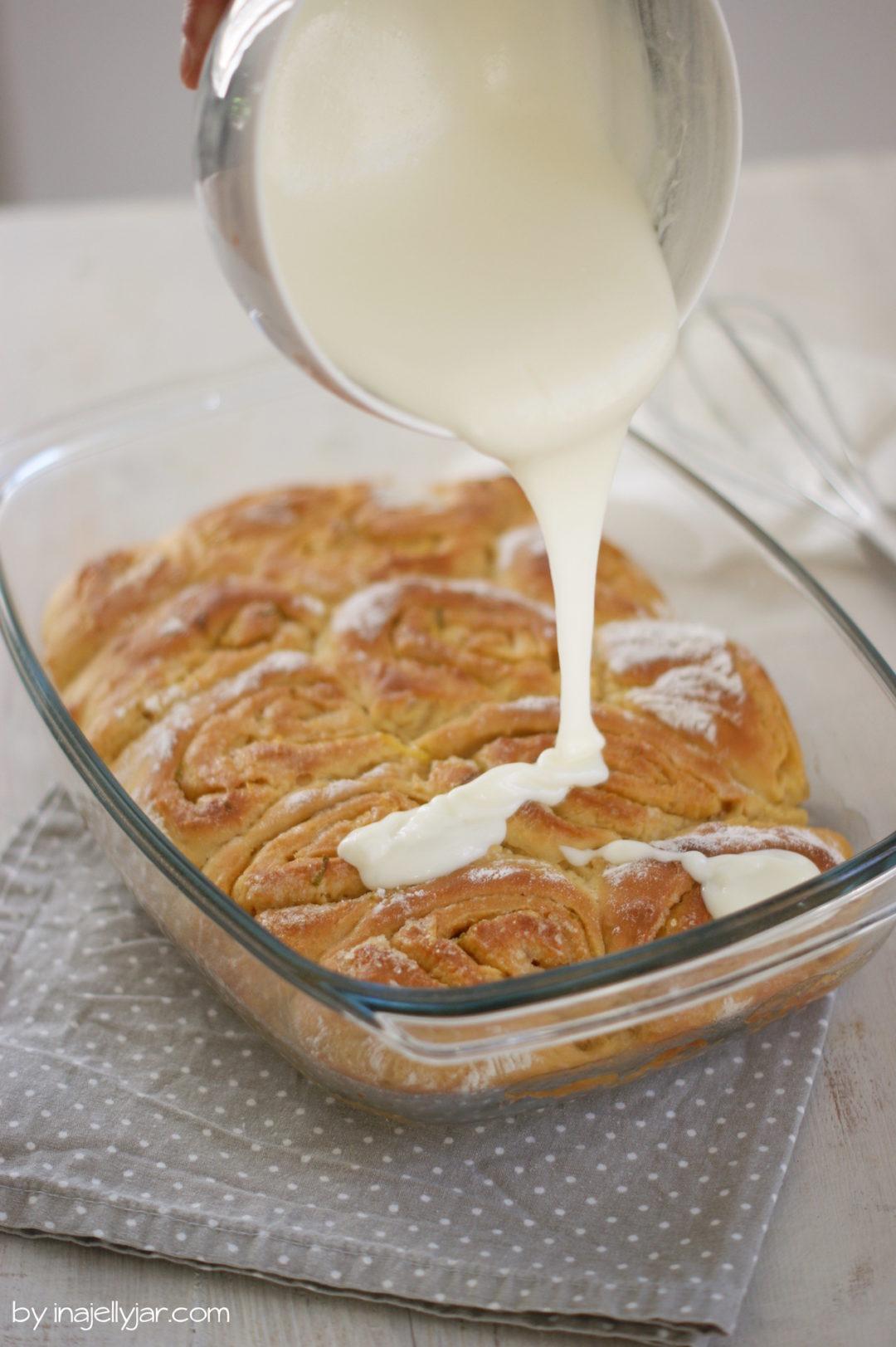 Zitronenschnecken mit cremiger Frischkäseglasur