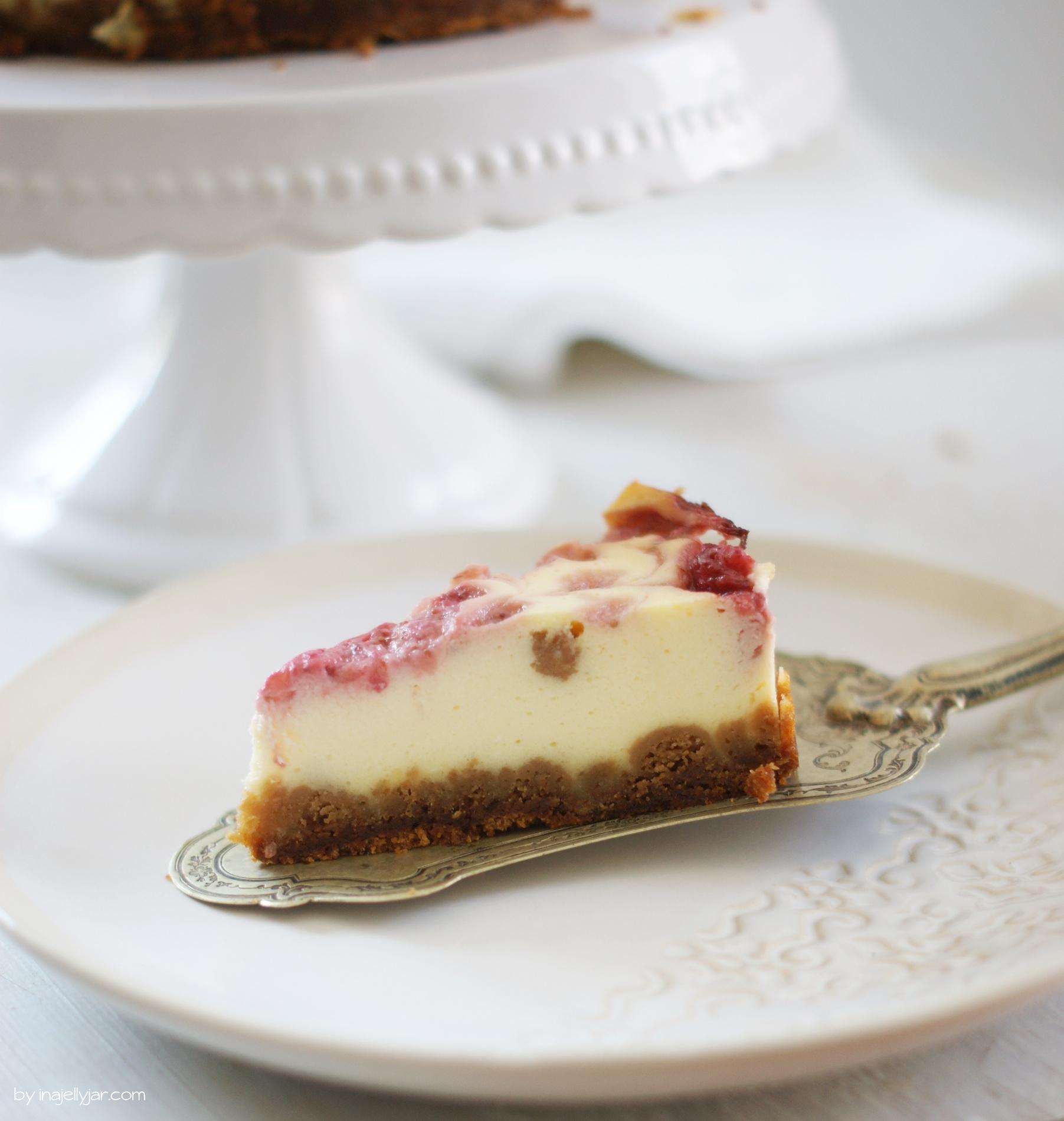 Ein Stück Cheesecake mit Erdbeeren